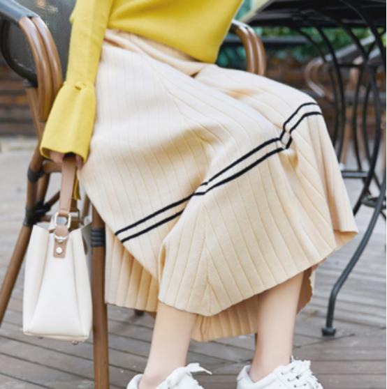 这条针织裙子显示了街上的人影