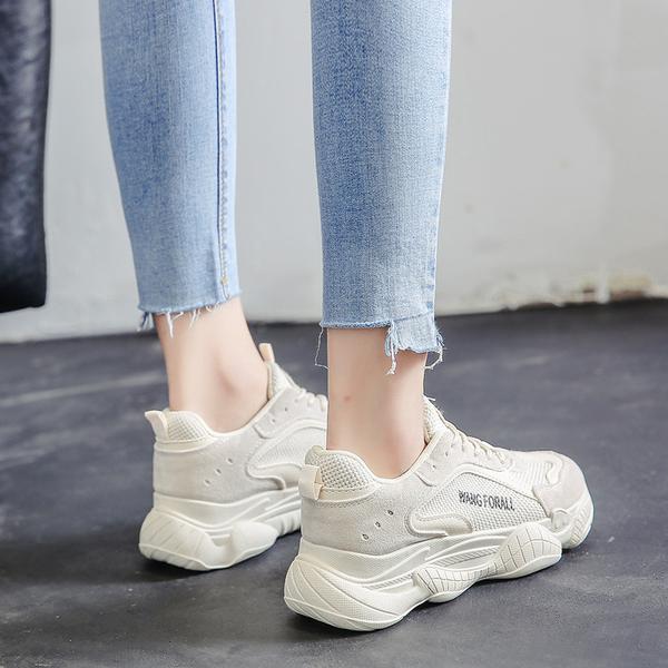 谁说小白鞋过时了?在全世界的冬天都这样穿